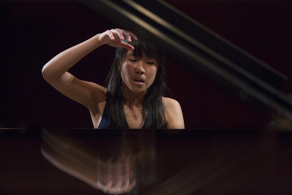 Pianistka Kate Liu przy fortepianie
