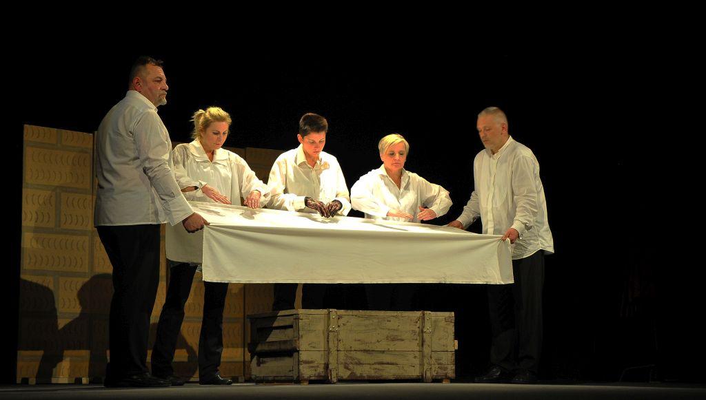 """Spektakl """"W kraju pana Boga"""" - 5 aktorów przy symbolicznym stole"""