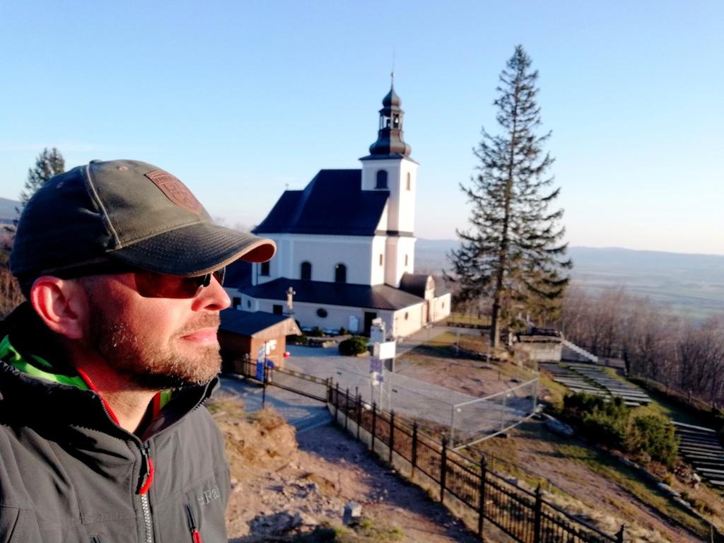 Tomasz Deron na tle kościoła na Iglicznej