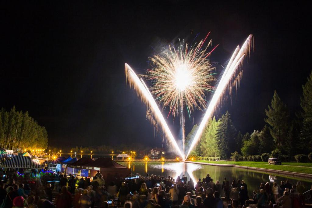 Pokaz fajerwerków nad zalewem