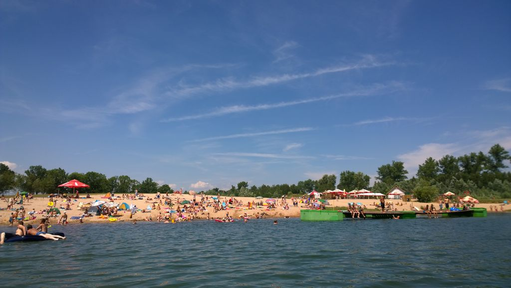 Pełna ludzi plaża nad zalewem w Gorzuchowie latem