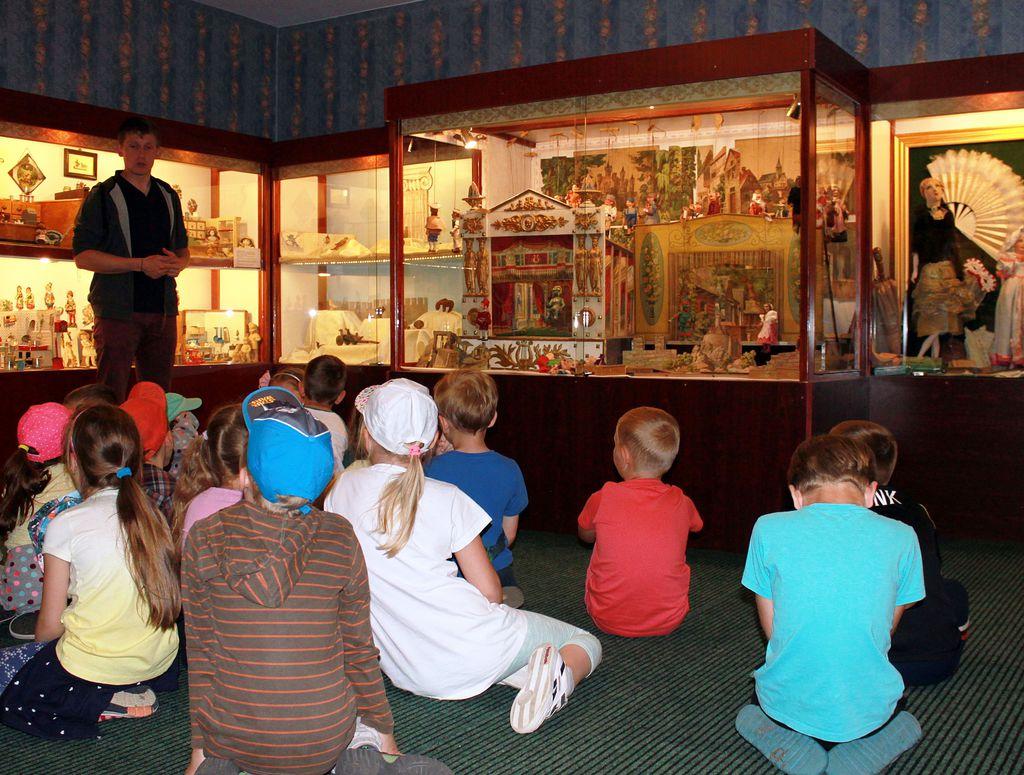 Dzieci na lekcji w Muzeum Zabawek