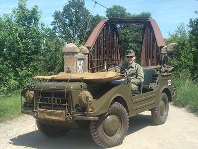 Pojazd wojskowy z kierowcą w plenerze