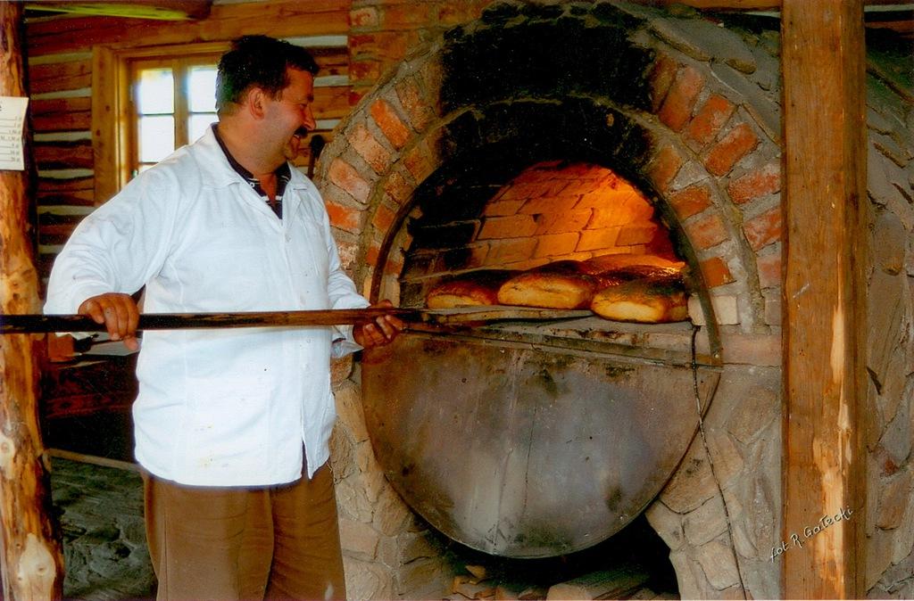 Piekarz wkłada chleb do pieca